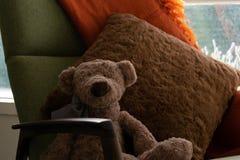 Schließen Sie oben vom weichen Spielzeug, das auf Stuhl sitzt stockfotos