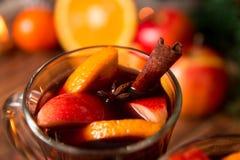 Schließen Sie oben vom Weihnachtsglühwein mit Früchten, Kerzen und würzt Hintergrund GETRÄNK-Rezeptbestandteile des Winters Erwär lizenzfreies stockbild