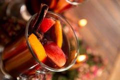 Schließen Sie oben vom Weihnachtsglühwein mit Früchten, Kerzen und würzt Hintergrund GETRÄNK-Rezeptbestandteile des Winters Erwär lizenzfreie stockbilder