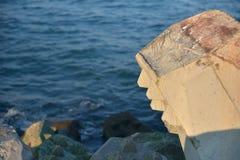 Schließen Sie oben vom Wellenbrecher, der von den konkreten tetrapods im Sonnenuntergang gemacht wird, Stockfotografie