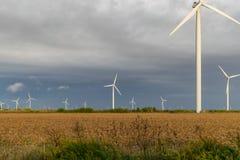 Schließen Sie oben vom Windkraftanlagebauernhof in einem Gewann lizenzfreies stockfoto