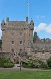Schließen Sie oben vom zentralen Turm und vom Haus von Cowdor-Schloss Stockfotografie