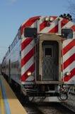 Schließen Sie oben vom Zug auf Plattform Stockfotografie