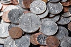 Schließen Sie oben von amerikanischen US-Dollar Münzen als Hintergrund Ei auf goldenem Hintergrund Lizenzfreie Stockfotografie