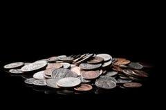 Schließen Sie oben von amerikanischen US-Dollar Münzen auf schwarzem Hintergrund Ei auf goldenem Hintergrund Lizenzfreies Stockbild