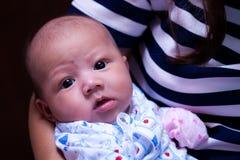 Schließen Sie oben von Asien-Baby und vom Betrachten der Kamera Stockfoto