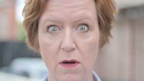 Schließen Sie oben von aufgeregter überraschter Frau in der Überraschung stock video