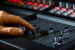 Schließen Sie oben von Aufnahme-Ingenieur-Pushing Fader In-Studio Lizenzfreie Stockbilder