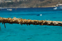 Schließen Sie oben von ausgefranstem Seil an der blauen Lagune, Comino, Malta lizenzfreie stockbilder