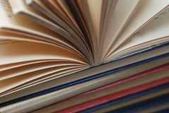 Schließen Sie oben von Büchern einer geöffneten Weinlese, selektiver Fokus Pädagogisches Konzept lizenzfreies stockbild