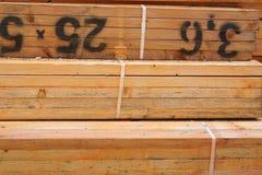 Schließen Sie oben von behandelten Bauholz-Bündeln Stockfotos