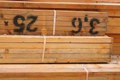 Schließen Sie oben von behandelten Bauholz-Bündeln Lizenzfreie Stockfotos