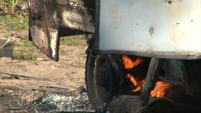 Schließen Sie oben von brennendem Auto des Rades stock footage