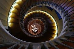 Schließen Sie oben von Cecil Brewer Spiral Staircase mit Bocci-Lichtern an Heal ` s Möbelgeschäft, Tottenham-Gerichts-Straße, Lon lizenzfreie stockbilder