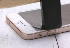 Schließen Sie oben von defektem intelligentem Telefon auf weißem Hintergrund und Beschaffenheit von Lizenzfreie Stockfotografie
