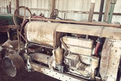 Schließen Sie oben von den antiken landwirtschaftlichen Maschinen in einer alten Scheune Lizenzfreie Stockbilder