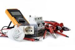 Schließen Sie oben von den Arbeitswerkzeugen und -komponenten für elektrische Installationen, lokalisiert auf weißem Hintergrund stockfotografie