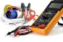 Schließen Sie oben von den Arbeitswerkzeugen und -komponenten für elektrische Installationen, lokalisiert auf weißem Hintergrund stockfoto