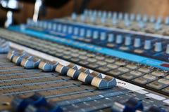 Schließen Sie oben von den Audiomischergriffen lizenzfreies stockfoto