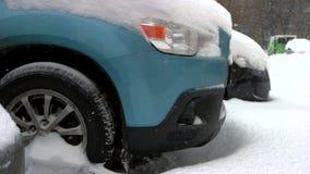 Schließen Sie oben von den Autorädern, die im Schneeantrieb gehaftet werden stock video