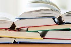 Schließen Sie oben von den Büchern auf Holztisch Stockfoto