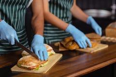 Schließen Sie oben von den baristas, die Sandwiche zubereiten Stockfoto