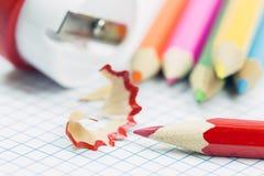 Schließen Sie oben von den Bleistiftschnitzeln und -bleistiftspitzer Lizenzfreie Stockbilder