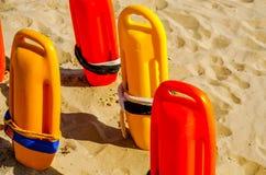 Schließen Sie oben von den Bojen einer Rettung im Sand eines Strandes im Medite Lizenzfreies Stockfoto