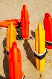 Schließen Sie oben von den Bojen einer Rettung im Sand eines Strandes im Medite Stockbild