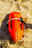 Schließen Sie oben von den Bojen einer Rettung im Sand eines Strandes im Medite Lizenzfreies Stockbild