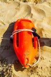 Schließen Sie oben von den Bojen einer Rettung im Sand eines Strandes im Medite Lizenzfreie Stockfotos