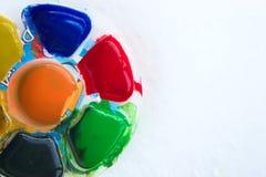 Schließen Sie oben von den bunten Plakatfarben mit selektivem Fokus Lizenzfreie Stockfotografie