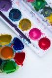Schließen Sie oben von den bunten Plakatfarben mit selektivem Fokus Stockfotos