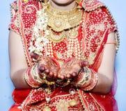 Schließen Sie oben von den dekorativen Händen der indischen Braut stockfotografie