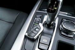 Schließen Sie oben von den drahtlosen Schlüsseln von BMW X5 F15 2017 im schwarzen ledernen Autoinnenraum moderne Autoinnenraumdet Stockbild