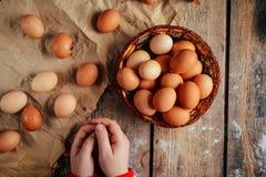 Schließen Sie oben von den Eiern in einem Korb Draufsicht von Eiern in der Schüssel Brown e Stockfotografie