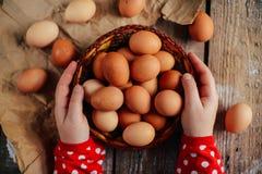 Schließen Sie oben von den Eiern in einem Korb Draufsicht von Eiern in der Schüssel Brown e Stockfotos