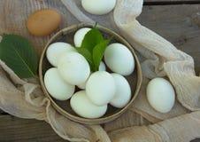 Schließen Sie oben von den Eiern im Sieb, Draufsicht von Eiern auf Gaze Hühnerei Hühnereikorb Stockbild