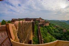 Schließen Sie oben von den entsteinten Wänden, die den Palast des bernsteinfarbigen Forts in Rajasthan in Jaipur Indien, der alte Stockfoto