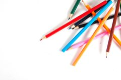 Schließen Sie oben von den Farbbleistiften mit unterschiedlicher Farbe über weißem backgr Stockfotos