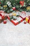 Schließen Sie oben von den festlichen Geschenkboxen verzieren mit Weihnachtsverzierungen stockfoto