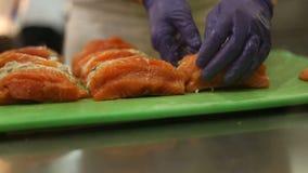 Schließen Sie oben von den Fischen in einem Restaurant stock footage