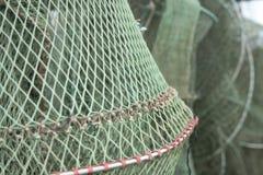 Schließen Sie oben von den Fischernetzen, die in einem Werft trocknen Stockbild