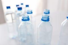 Schließen Sie oben von den Flaschen mit Trinkwasser auf Tabelle Lizenzfreie Stockbilder