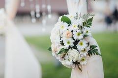 Schließen Sie oben von den flovers auf dem Bogen für die Hochzeitszeremonie, Dekorum stockfotografie