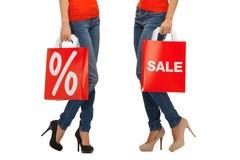 Schließen Sie oben von den Frauen mit Verkaufszeichen auf Einkaufstasche Lizenzfreie Stockfotografie