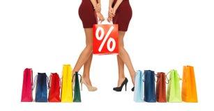 Schließen Sie oben von den Frauen mit Verkaufszeichen auf Einkaufstasche Lizenzfreies Stockfoto