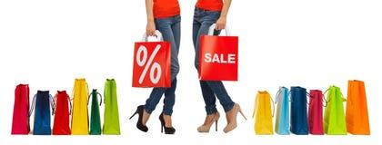 Schließen Sie oben von den Frauen mit Verkaufszeichen auf Einkaufstasche Stockbilder