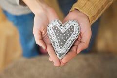Schließen Sie oben von den Frauen- und Mannhänden mit Herzen Lizenzfreie Stockbilder