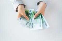 Schließen Sie oben von den Frauenhänden, die Eurogeld zählen lizenzfreies stockbild
